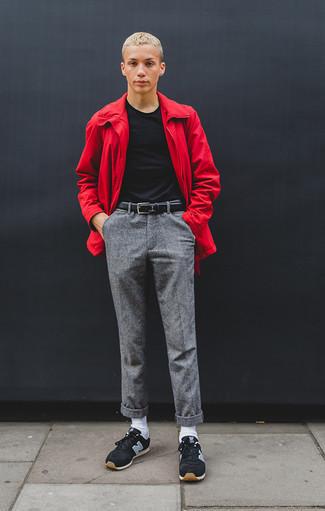 Comment porter un coupe-vent rouge: Pense à porter un coupe-vent rouge et un pantalon chino gris pour un look de tous les jours facile à porter. Si tu veux éviter un look trop formel, choisis une paire de des chaussures de sport noires.