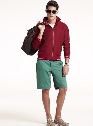 Comment porter: coupe-vent bordeaux, t-shirt à col rond blanc, short vert, chaussures bateau en cuir marron