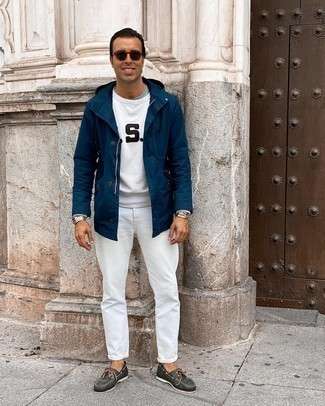 Comment s'habiller après 40 ans: Choisis un t-shirt à col rond gris pour une tenue idéale le week-end.