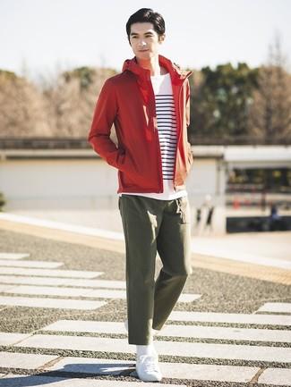 Comment porter: coupe-vent rouge, t-shirt à manche longue à rayures horizontales blanc et bleu marine, pantalon chino olive, baskets basses blanches