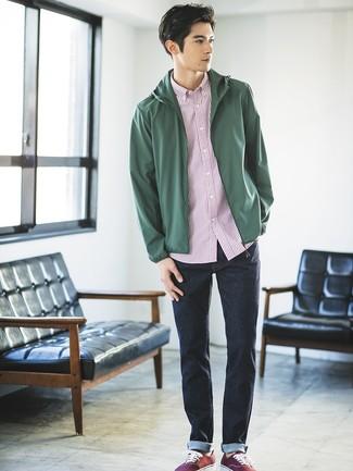 Comment porter: coupe-vent vert foncé, chemise à manches courtes à rayures verticales blanc et rouge, jean bleu marine, baskets basses en toile bordeaux