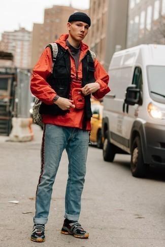 Comment porter un coupe-vent rouge: Marie un coupe-vent rouge avec un jean bleu clair pour une tenue confortable aussi composée avec goût. Tu veux y aller doucement avec les chaussures? Choisis une paire de des chaussures de sport bleu marine pour la journée.