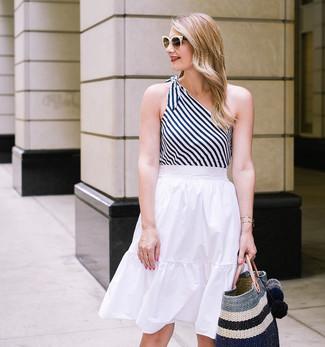 Comment porter: débardeur à rayures verticales blanc et noir, jupe mi-longue plissée blanche, sac fourre-tout de paille à rayures horizontales noir