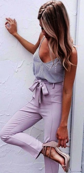 Comment porter un pantalon carotte rose: Pense à marier un débardeur à rayures verticales blanc et noir avec un pantalon carotte rose pour obtenir un look relax mais stylé. Cette tenue se complète parfaitement avec une paire de des sandales à talons en daim roses.
