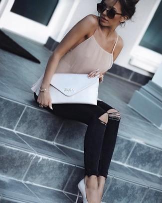 Comment porter une pochette en cuir blanche pour un style decontractés: Pense à marier un débardeur en soie beige avec une pochette en cuir blanche pour une tenue relax mais stylée. Une paire de des escarpins en cuir blancs est une option avisé pour complèter cette tenue.