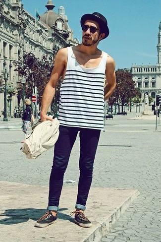 Comment porter: débardeur à rayures horizontales blanc et noir, jean skinny bleu marine, tennis noirs, chapeau de paille noir