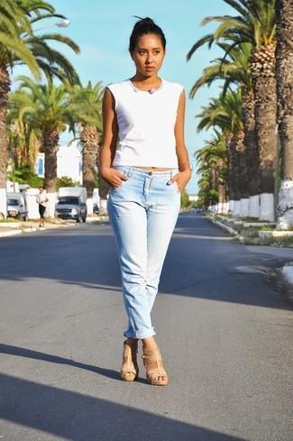 Comment porter: débardeur blanc, jean boyfriend bleu clair, sandales à talons en cuir marron clair