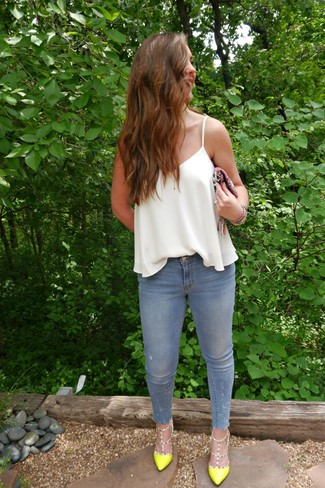 Comment porter un débardeur en soie blanc: Pense à marier un débardeur en soie blanc avec un jean skinny bleu clair pour créer un look génial et idéal le week-end. Une paire de escarpins en cuir chartreuses est une option parfait pour complèter cette tenue.