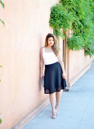 Comment porter: débardeur blanc, jupe évasée noire, sandales à talons en daim grises, pochette en cuir tressée olive