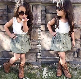 Comment porter: débardeur blanc, jupe grise, bottes marron
