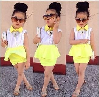Comment porter: débardeur blanc, jupe jaune, sandales dorées