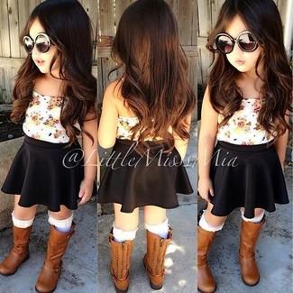 Comment porter: débardeur blanc, jupe noire, bottes marron, chaussettes blanches