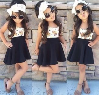 Comment porter: débardeur blanc, jupe noire, sandales marron