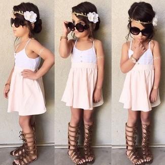Comment porter: débardeur blanc, jupe rose, sandales marron foncé