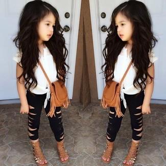 Comment porter: débardeur blanc, leggings noirs, sandales marron clair