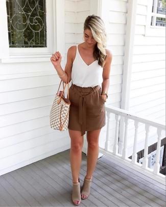 Comment porter: débardeur blanc, minijupe marron, bottines en daim découpées grises, sac fourre-tout en toile géométrique gris