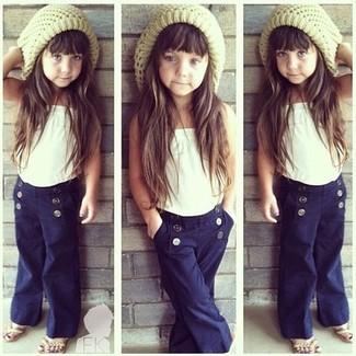 Comment porter: débardeur blanc, pantalon bleu marine, sandales beiges, bonnet beige
