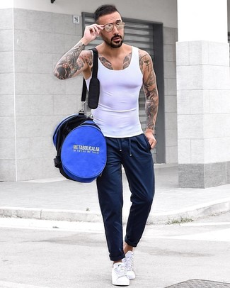 Comment porter un débardeur blanc: Pense à marier un débardeur blanc avec un pantalon de jogging bleu marine pour un look idéal le week-end. Apportez une touche d'élégance à votre tenue avec une paire de des baskets basses blanches.