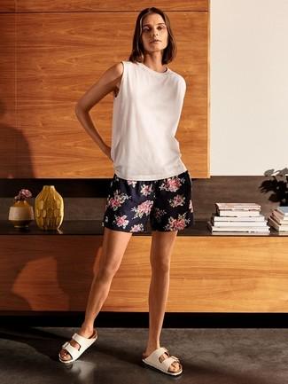 Comment porter: débardeur blanc, short à fleurs bleu marine, sandales plates en cuir blanches