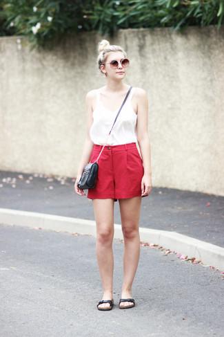 Comment porter: débardeur blanc, short rouge, sandales plates en cuir noires, sac bandoulière en cuir noir