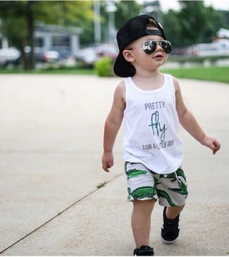 Comment porter: débardeur imprimé blanc, short vert, baskets noires, casquette de base-ball noire