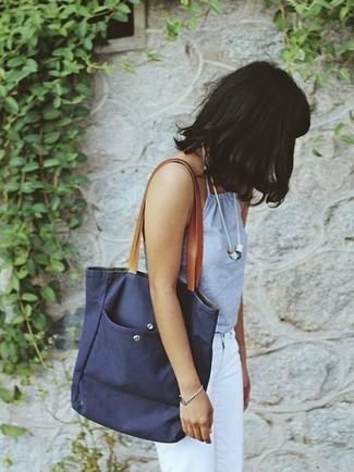 Comment porter: débardeur bleu clair, jean blanc, sac fourre-tout en toile bleu marine