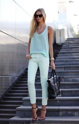 Comment porter: débardeur en soie bleu clair, jean skinny vert menthe, sandales à talons en cuir noires, sac fourre-tout en cuir noir