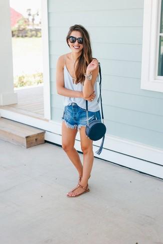 Comment porter: débardeur en soie bleu clair, short en denim bleu, tongs en cuir marron, sac bandoulière en cuir bleu marine