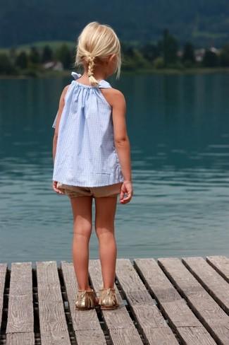 Comment porter: débardeur bleu clair, short marron clair, sandales dorées