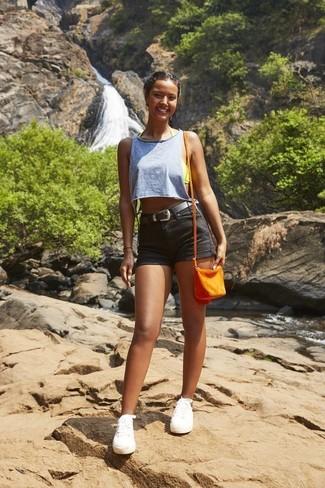 Comment porter: débardeur bleu clair, short en denim noir, baskets basses en toile blanches, sac bandoulière en cuir orange