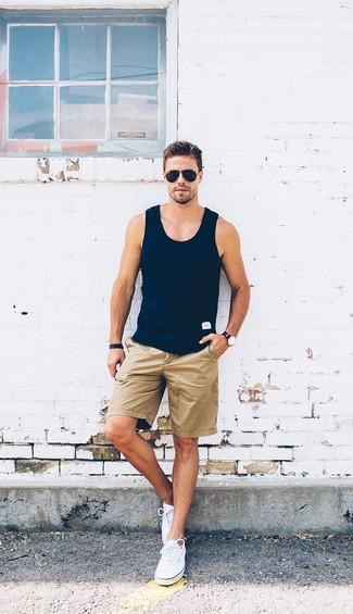 Comment porter: débardeur bleu marine, short marron clair, baskets basses en toile blanches