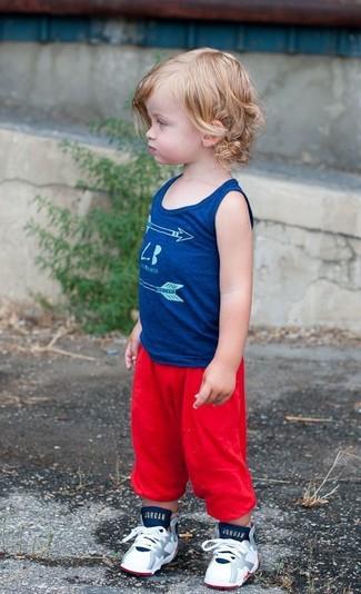 Comment porter: débardeur bleu, pantalon de jogging rouge, baskets blanches