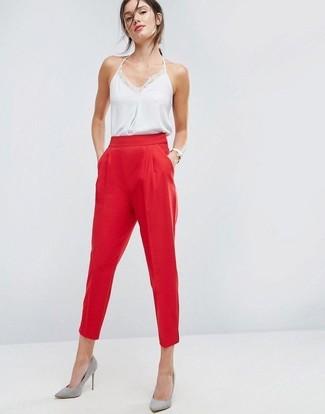 Comment porter un débardeur en soie blanc: Essaie d'harmoniser un débardeur en soie blanc avec un pantalon carotte rouge pour créer un style chic et glamour. Une paire de escarpins en daim gris s'intégrera de manière fluide à une grande variété de tenues.