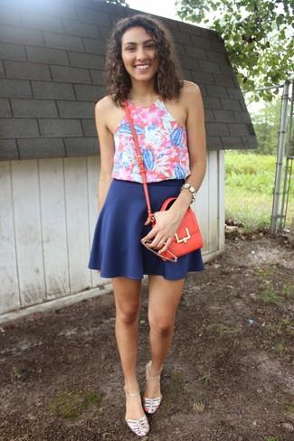 Comment porter: débardeur à fleurs fuchsia, jupe patineuse bleue, sandales plates en cuir argentées, sac bandoulière en cuir rouge