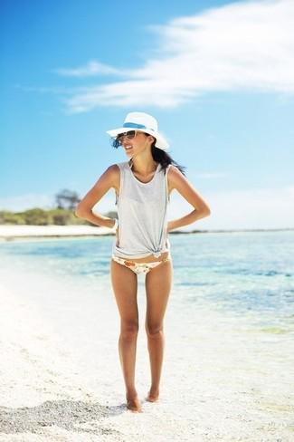 Comment porter: débardeur gris, bas de bikini à fleurs blanc, chapeau de paille blanc, lunettes de soleil marron