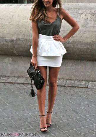 Comment porter: débardeur gris foncé, jupe à basque blanche, sandales à talons en cuir noires, pochette en cuir à clous noire