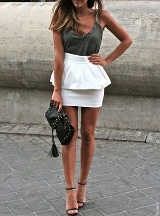 Comment porter un débardeur gris foncé: Pense à marier un débardeur gris foncé avec une jupe à basque blanche pour un look de tous les jours facile à porter. Cette tenue est parfait avec une paire de des sandales à talons en cuir noires.