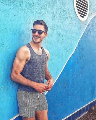 Comment porter: débardeur gris foncé, short de bain imprimé blanc et noir, lunettes de soleil noires