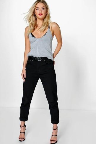 Comment porter: débardeur gris, jean boyfriend noir, sandales à talons en cuir noires, ceinture en cuir noire