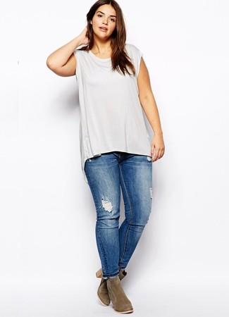 Comment porter un jean skinny déchiré bleu: Essaie de marier un débardeur gris avec un jean skinny déchiré bleu pour un look confortable et décontracté. Une paire de bottines en daim olive est une option astucieux pour complèter cette tenue.