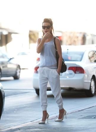 Debardeur gris pantalon de jogging blanc escarpins sac fourre tout noir large 1502