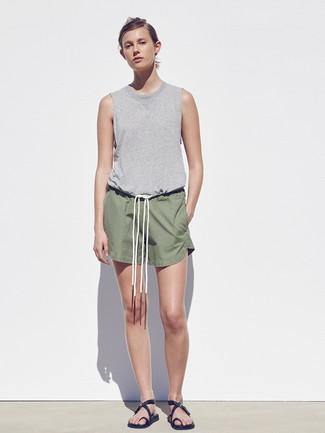 Comment porter: débardeur gris, short olive, sandales plates en cuir noires