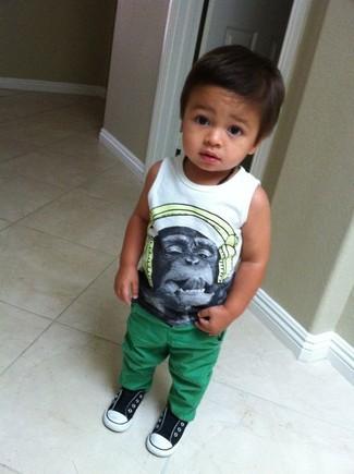 Comment porter: débardeur imprimé blanc, pantalon vert, baskets noires et blanches