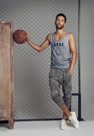 Comment porter: débardeur imprimé gris, pantalon de jogging camouflage gris, baskets basses blanches