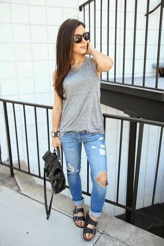 Choisis un débardeur gris et une montre en cuir à clous noire et dorée pour une impression décontractée. Une paire de des sandales plates en cuir noires s'intégrera de manière fluide à une grande variété de tenues.