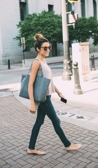 Comment porter: débardeur gris, jean skinny vert foncé, ballerines en cuir beiges, sac fourre-tout en cuir bleu canard