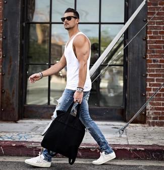 Comment porter: débardeur blanc, jean skinny déchiré bleu, baskets basses blanches, sac fourre-tout en toile noir