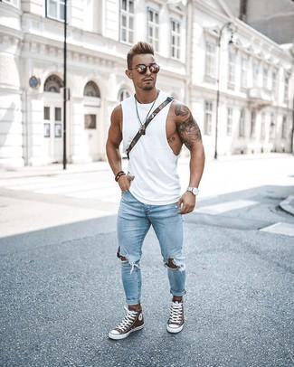 Comment porter: débardeur blanc, jean skinny déchiré bleu clair, baskets montantes marron, besace en toile olive
