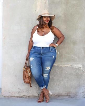 Comment porter: débardeur blanc, jean skinny déchiré bleu, sandales à talons en cuir marron clair, sac fourre-tout en cuir marron