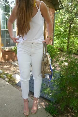 Comment porter un jean skinny déchiré blanc: Choisis un débardeur blanc et un jean skinny déchiré blanc pour créer un look génial et idéal le week-end. Une paire de des sandales à talons en cuir beiges est une option génial pour complèter cette tenue.